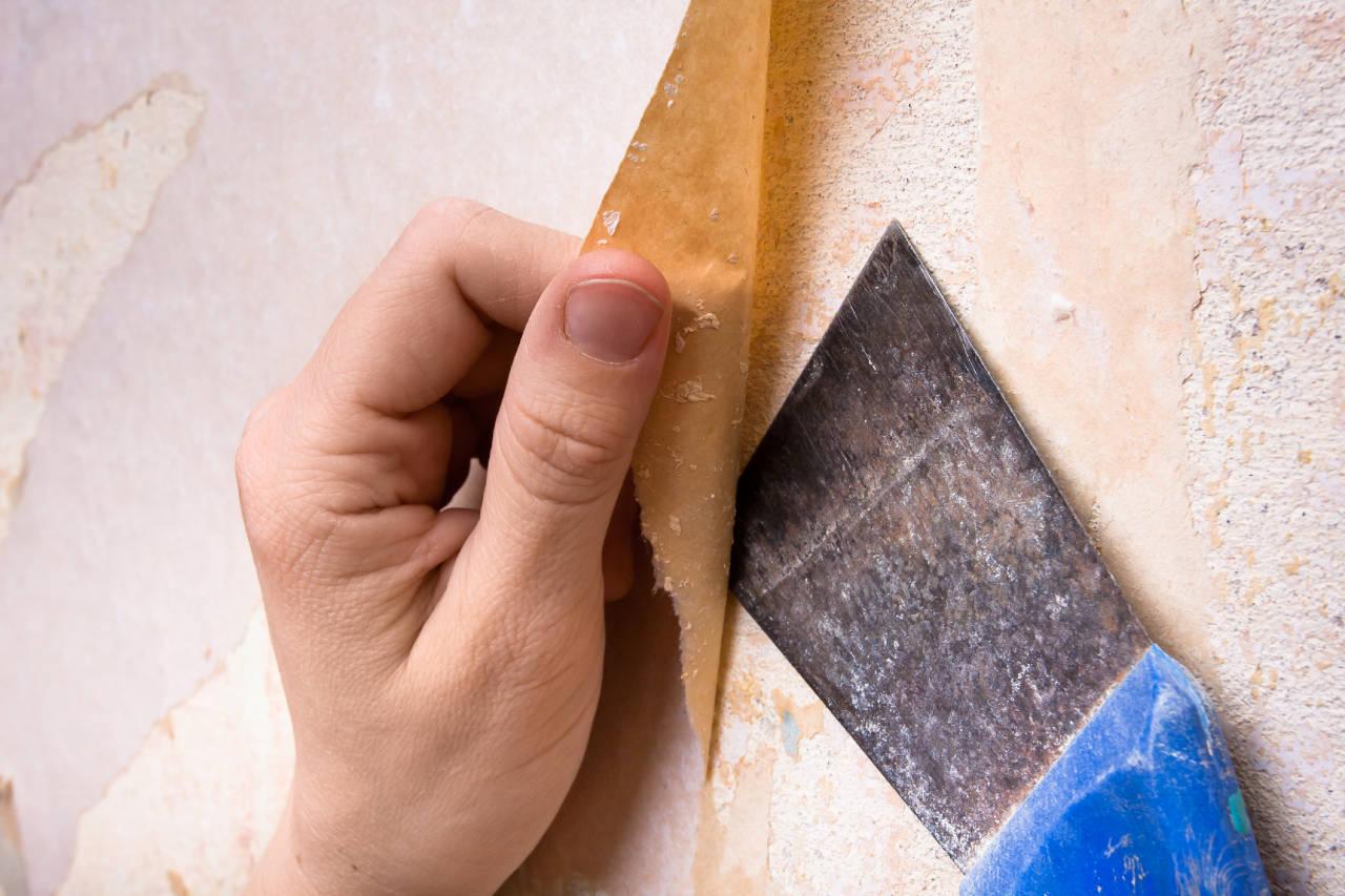 Очистка стен, оклеенных обоями